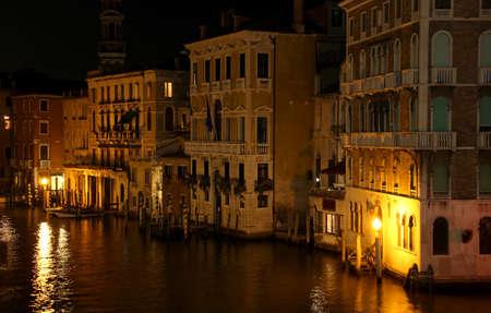 夜のヴェニスの大運河に反射照明家