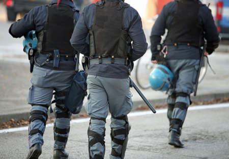 milánó: three policemen with anti-bulletproof jacket in anti-riot uniform patrol the streets of the city to look for terrorists