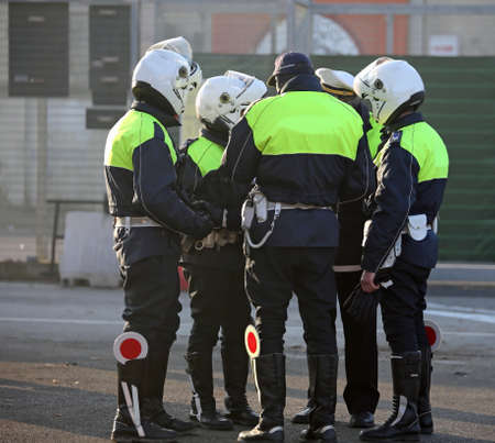 都市交通と白ヘルメットを制御している間バイカー服警官