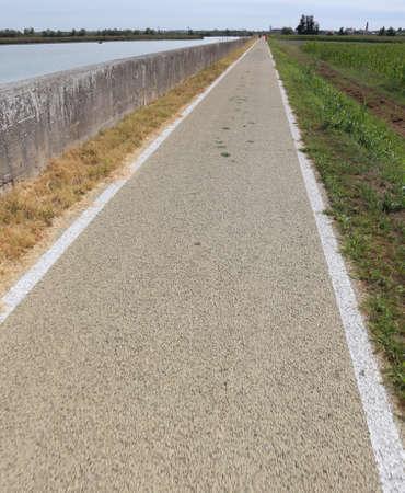 very long bike lane in the plain Imagens