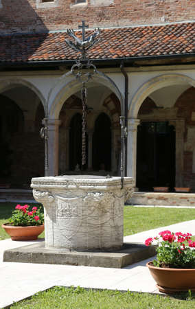 ancient well in a cloister in the ancient monastery of the friars in Italy Imagens