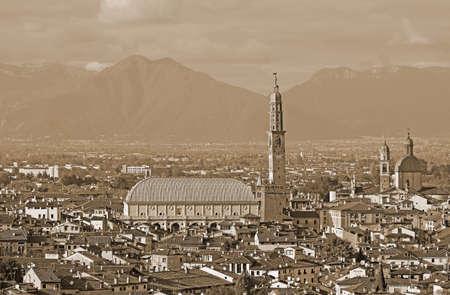 Ampia panoramica della città di VICENZA in Italia con effetto seppia e il famoso monumento chiamato Basilica Palladiana Archivio Fotografico - 90339609
