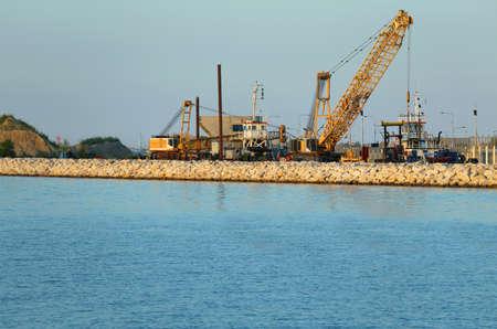 scheepswerf voor de bouw van een robuuste dam met kranen en grondverzetmachines