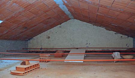 경 사진 지붕과 거친 벽돌로 된 집의 비어있는 다락방