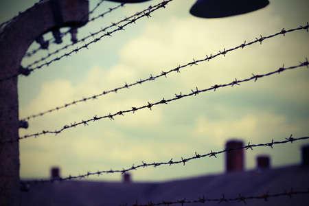 wiele drutów kolczastych w obozie dla uchodźców, aby uniknąć unikania ludzi z efektem vintage