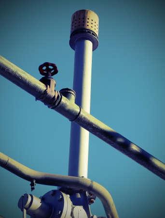 Válvula de ventilação de um tanque em uma planta industrial com efeito vintage Foto de archivo - 91875652