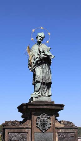 프라하, 체코 공화국 -2006 년 8 월 25 일 : 고 대 동상의 세인트 존 Nepomuk 찰스 다리에 에디토리얼