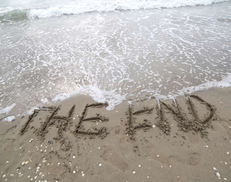 big text THE END on the beach in summer Banque d'images