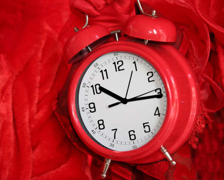vintage red alarm clock on red background Imagens - 95332807