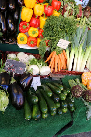fresh fruit and vegetables for sale at the market with the sales price tag Standard-Bild