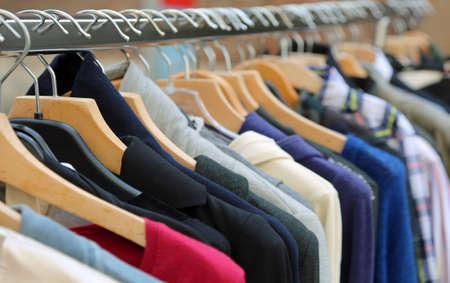 Muchos ganchos de hilo con ropa usada para venta en mercado de pulgas Foto de archivo - 101026438