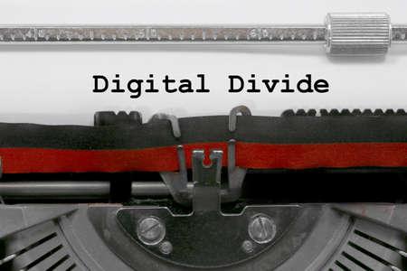 Texto de división digital escrito por una vieja máquina de escribir en la hoja blanca