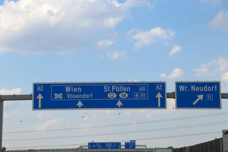 Sign of the Austrian motorway with directions to the city of Vienna Or to continue in the Czech Republic or Slovakia Standard-Bild