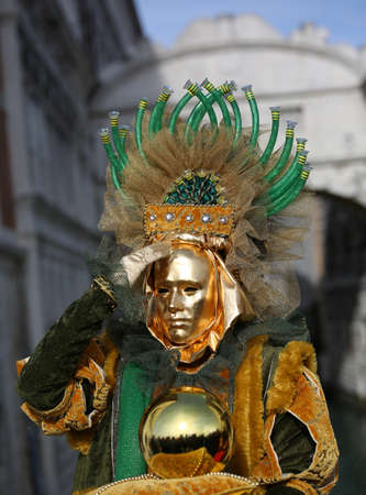 Venedig, Italien - 5. Februar 2018: goldene Maske mit Kugel in Gold nahe der alten Seufzerbrücke während des Karnevalsfestivals