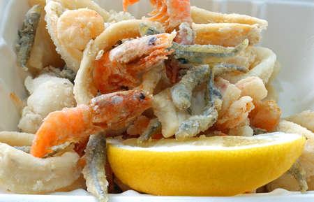 Appetitlich Fisch in einer Pfanne in der Straße stehen und eine Scheibe gelbe Zitrone Standard-Bild - 103038148