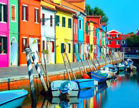 鮮やかな色で水に静けさの感覚を与えるために長時間露光の技術で撮影されたヴェネツィア近くのブラーノ島