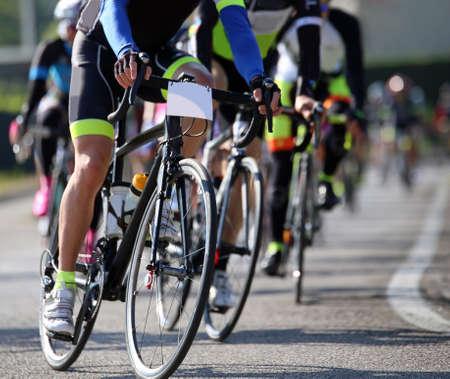Profwielrenners doen mee aan een wielerwedstrijd op de weg
