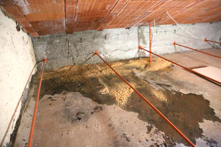 wet attic with moisture problems and many infiltrations from the roof Stockfoto
