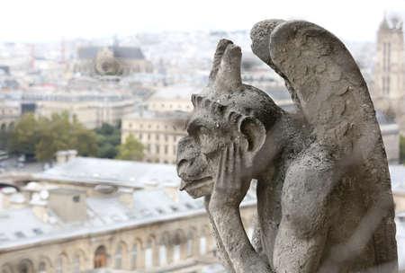 Pensée figure appelée Chimère ou grotesque avec des ailes à Paris du clocher de la Basilique de Notre Dame Éditoriale