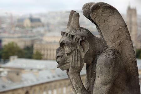 Pensée figure appelée Chimère ou grotesque à Paris France du clocher de la Basilique de Notre Dame Éditoriale