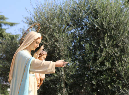 statue of the Madonna with the Child Jesus at a Christian procession 版權商用圖片
