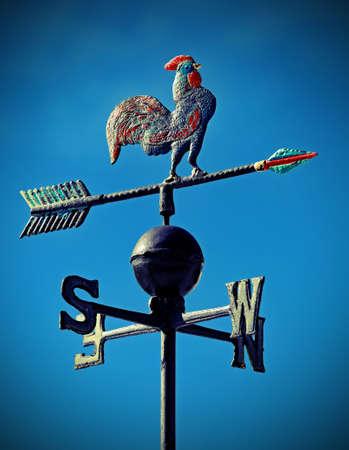veleta para indicar la dirección del viento con un gallo en hierro forjado y flechas de Puntos Cardinales Noreste Suroeste y efecto vintage antiguo