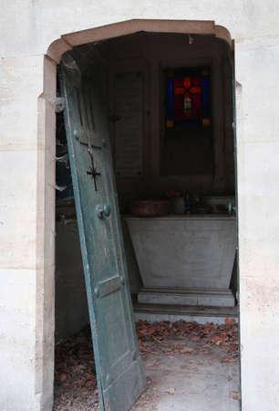 broke door of an abandoned grave in the cemetery Imagens