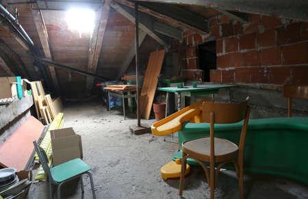 soffitta sotto il tetto e più mobili e tanta polvere Archivio Fotografico