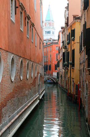 navigable canal from gondolas and other boats and the bell tower of Saint Mark also called San Marco in Venice Italy 版權商用圖片