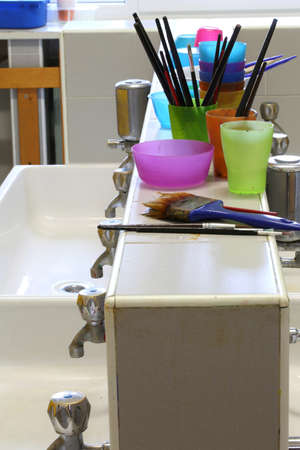 washed  Brushes at school after painting lesson in the bathroom without kids Banque d'images - 117385747