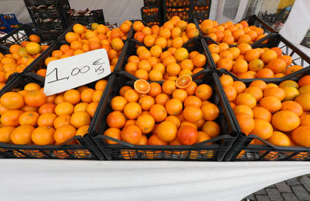 boxes full of ripe oranges for sale at supermarket with label price Banque d'images