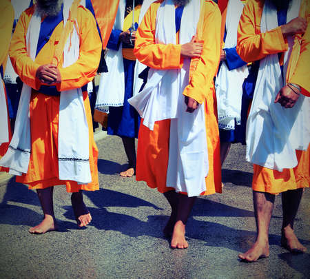 barefoot adherents of the Sikh religion during a march on the road with vitnage old effect Banque d'images
