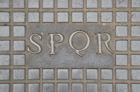 Texte latin SPQR qui signifie Senatus Populusque Romanus ou Le Sénat et le peuple romains fait référence au gouvernement de l'ancienne République romaine à Rome dans le fond métallique