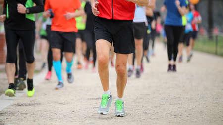 Piernas de muchos corredores en la carrera a pie de la ciudad.