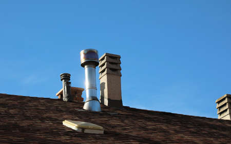 many chimneys on the roof of the house Standard-Bild - 120331462
