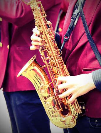jeune joueur joue du saxophone avec effet tonique ancien