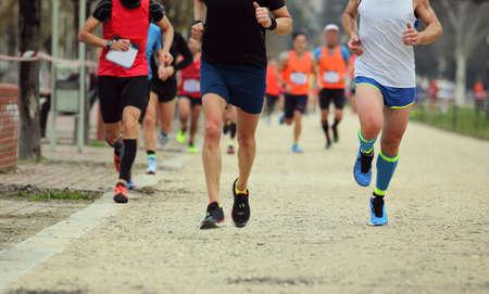 carrera a pie con muchos corredores en la ciudad.