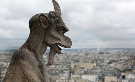 gargouille le mythique monstre ailé sur la cathédrale Notre Dame de Paris Banque d'images