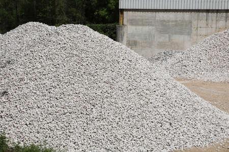 hoher Steinhaufen in einem auf Kiesgewinnung spezialisierten Steinbruch Standard-Bild