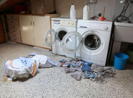 Dos lavadoras en el ático con muchos trapos sucios