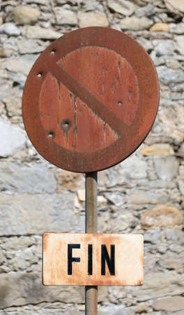 french road sign no parking with the word FINE which means END in the french language