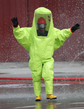 combinaison de protection jaune et un homme à l'intérieur