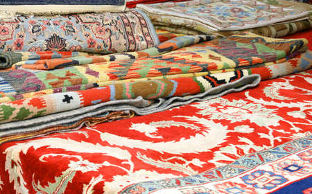 elegant oriental rugs for sale in the market stall Stockfoto