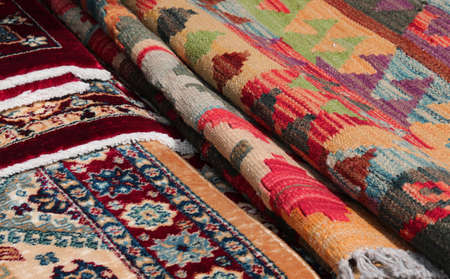 detail of Persian rugs and carpets kilim type for sale in the ethnic market stall Stockfoto