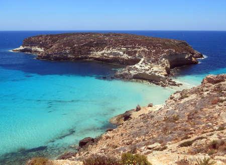 La isla de Lampedusa en el sur de Italia y la isla llamada Isola dei Conigli