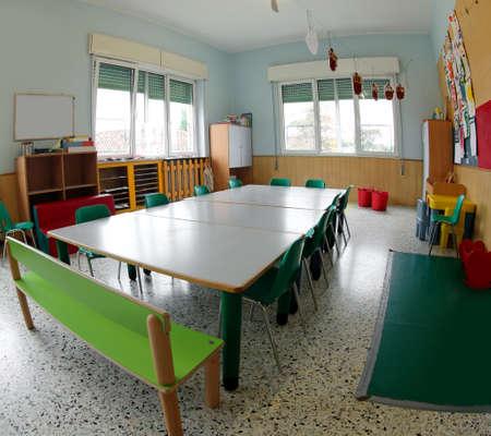 sillas y mesas verdes para clases de guardería sin niños