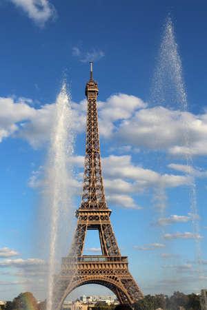 La tour Eiffel aussi appelée Tour Eiffel est le symbole de Paris en France