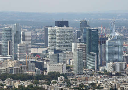 Parigi, France - August 21, 2018: skyscrapers at Business District called La Defense from Eiffel Tower 新聞圖片