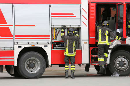 firefighters and the fire engine during an emergency Banque d'images - 130349506
