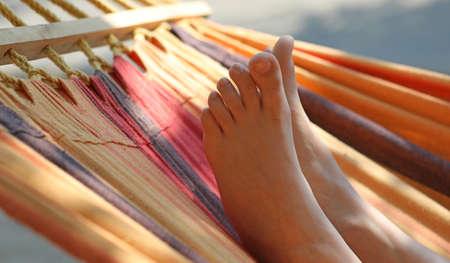 zwei Füße Mädchen auf der Hängematte im Sommer Standard-Bild